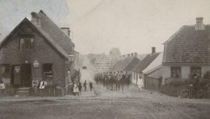 Dragoner rykker hjem fra ridemarken ad Kildemarksvej i Næstved