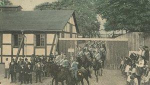 Dragoner til hest rider ud fra Grønnegade Kaserne i Næstved
