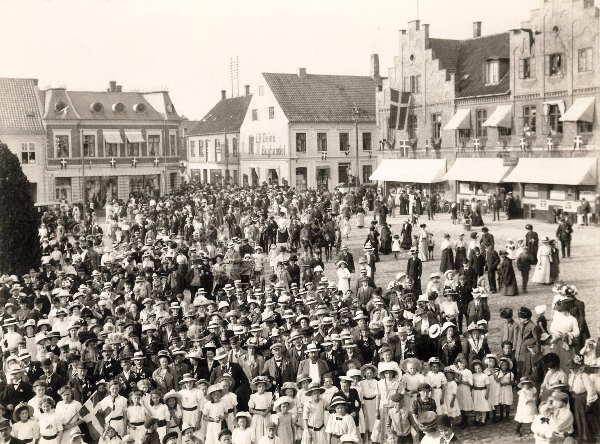 Besøg fra Sønderjylland på torvet i Maribo 1912