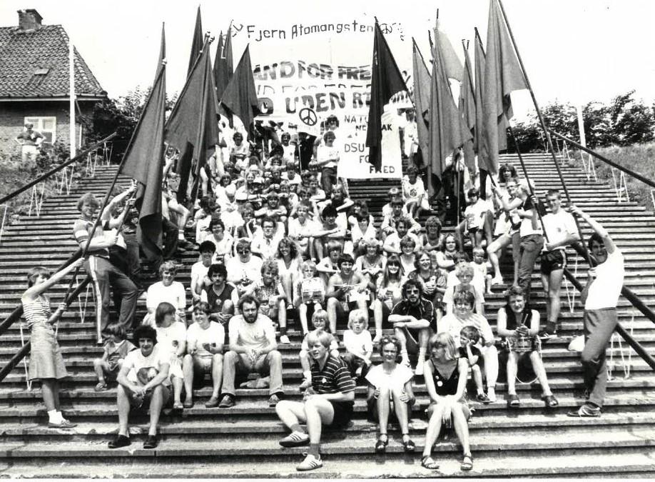 DsU`ere med stormfaner på sommerlejren i 1983 på Trelde Næs ved Fredericia. Flere DSU`ere fra afdelingerne i det tidligere Storstrøms amt sammen med forbundsformand Jan Petersen (formand fra 1982-86)