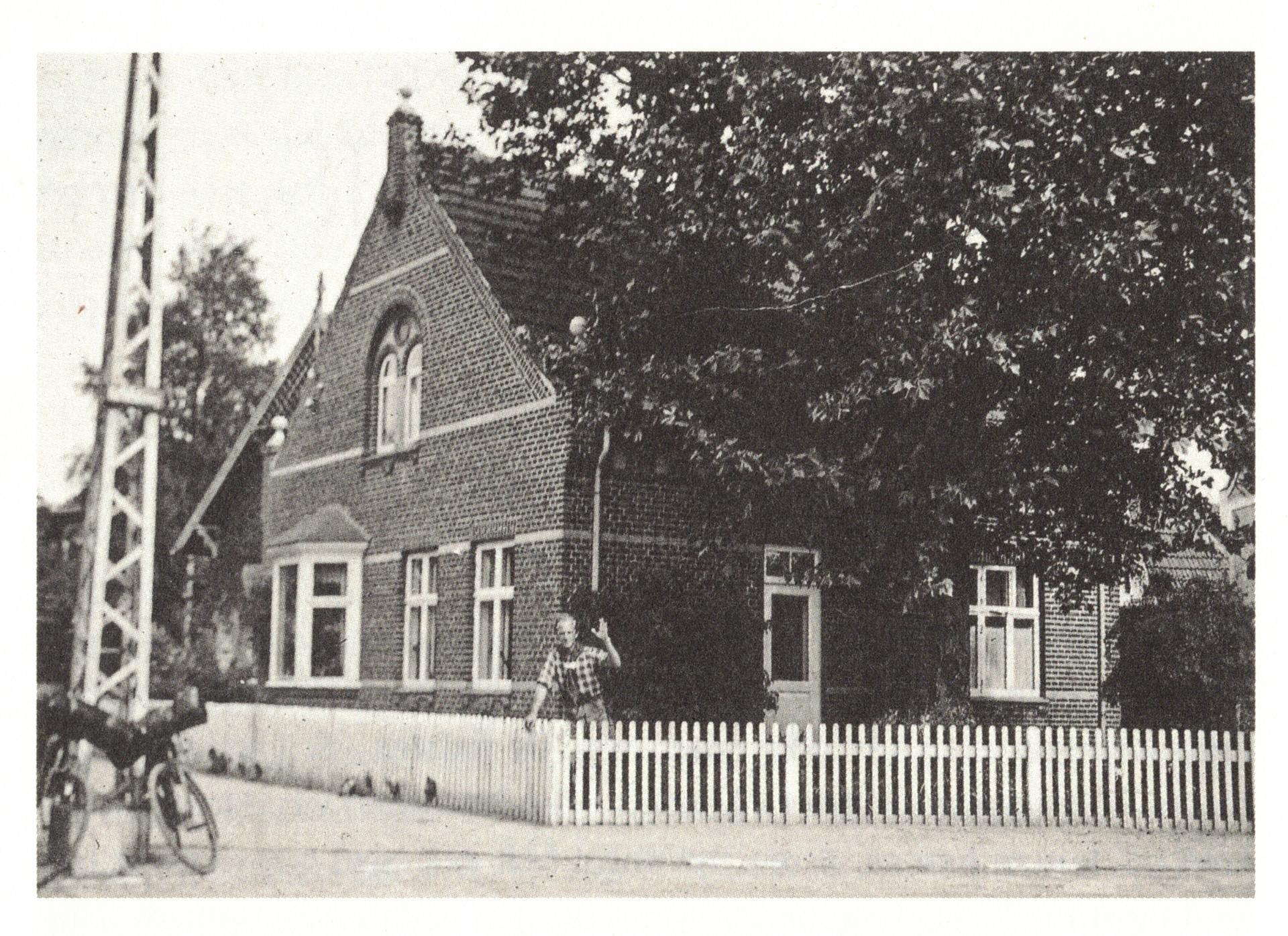 Jens Bjerre foran sit fødehjem Østergade 60 i Maribo. Huset ligger på hjørnet af Refshalevej og Østergade. Fotoet er fra ca 1937. Privatfoto.