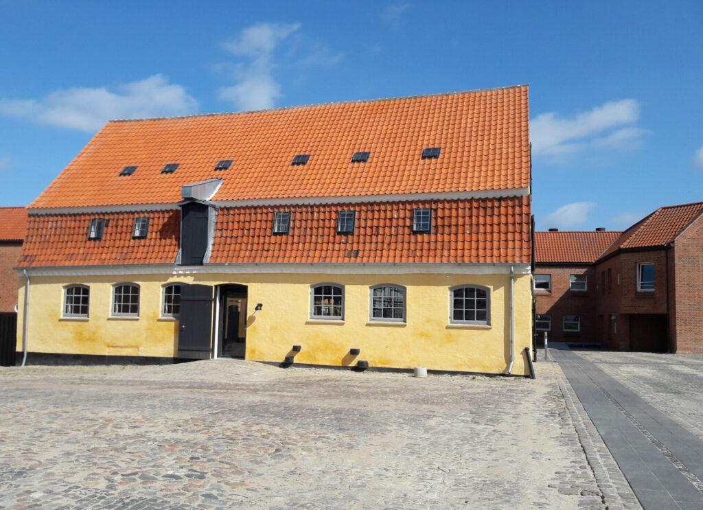 Det renoverede gule pakhus i Qvades gård