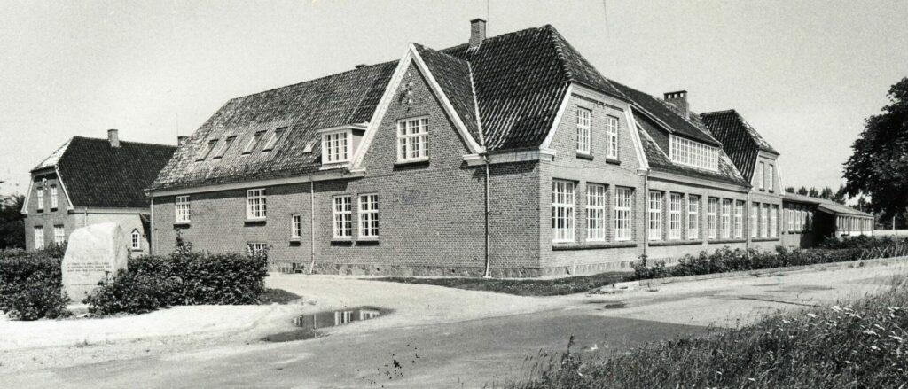 Bandholm skole i 1980 med mindesten for befrielsen