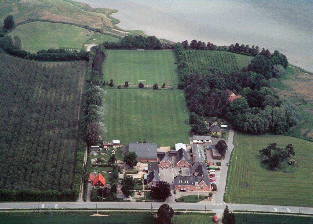 Bandholm skole med boldbanen, 2003