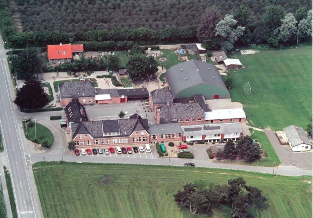 Bandholm Skole Birketvej 94, Bandholm Luftfoto af Bandholm skole og sportshal samt nærmeste huse.