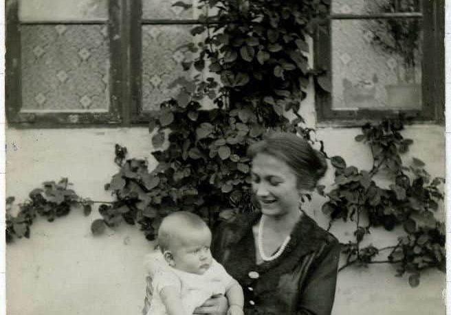 Børge Rasmussen med sin mor Anna Louise, ca. 1920